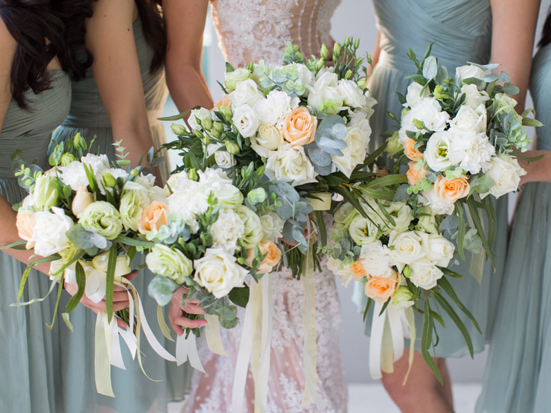 7abb1229f أجمل الفساتين لإشبينات العروس خلال موسم حفلات الزفاف الصيفية