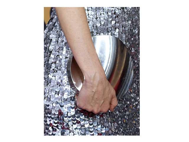 6d71913519899 حقيبة اليد معدنية اللون ستضفي مزيداً من التألق على إطلالتك